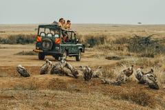 Turistas observando el río de Mara foto de archivo