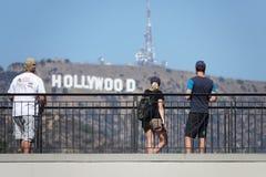 Turistas observando la muestra de Hollywood del Hollywood y el complejo de la montaña en Los Angeles foto de archivo libre de regalías