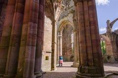 Turistas observando los detalles arquitectónicos de la abadía de la colada Imagen de archivo