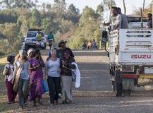 Turistas occidentales rodeados por la gente local de Dorze Pueblo de Hayzo foto de archivo