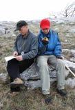 Turistas orienteering por la correspondencia y el GPS. Imagenes de archivo