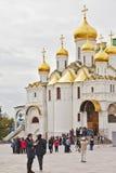 Turistas perto da catedral do aviso em Mosev, Rússia Fotos de Stock