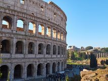 Turistas perto de Colosseum, igualmente conhecido como Flavian Amphitheatre Indicadores velhos bonitos em Roma (Italy) fotos de stock royalty free