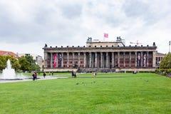 Turistas perto do museu de Altes em Berlim Fotografia de Stock
