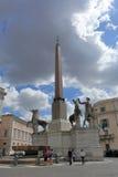 Turistas perto do obelisco em Praça del Quirinale em Roma Imagens de Stock Royalty Free