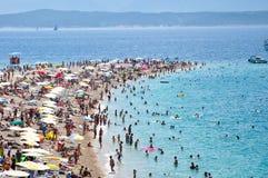 Turistas, playa, isla de Bol, Croatia - 2011 Foto de archivo