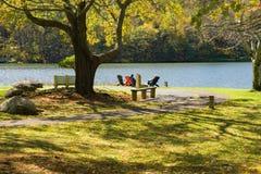 Turistas por el lago Abbott, picos de la nutria Fotos de archivo libres de regalías
