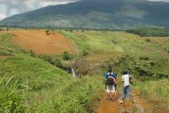 Turistas que admiram a paisagem Fotografia de Stock Royalty Free