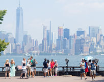 Turistas que admiran el horizonte de Manhattan de Liberty Island Fotografía de archivo libre de regalías