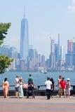 Turistas que admiran el horizonte de Manhattan de Liberty Island Imagen de archivo