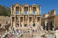 Turistas que admiran griego clásico y a Roman Library Of Celsus en E Foto de archivo