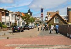 Turistas que andam ao longo da rua no centro de Zandvoort Fotografia de Stock