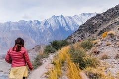 Turistas que andam ao longo da trilha na geleira de Passu na estação do outono fotografia de stock
