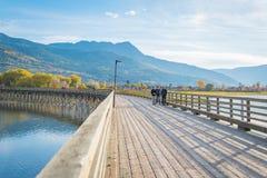 Turistas que andam ao longo do cais curvado em Salmon Arm, BC, Canadá fotografia de stock