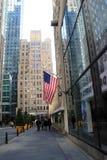 Turistas que andam após as janelas, onde 'Good Morning America' é gravado, área do Times Square, New York, 2015 Imagem de Stock Royalty Free