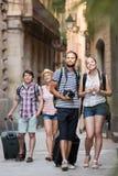 Turistas que andam e que olham o showplace fotos de stock royalty free
