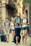 Turistas que andam e que olham o showplace imagens de stock royalty free