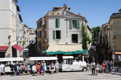 Turistas que andam e que tomam o trem do turista em Arles Fotografia de Stock Royalty Free