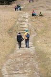 Turistas que andam em caminhar o trajeto no vale de Chocholowska Fotografia de Stock