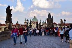 Turistas que andam em Charles Bridge Prague Imagem de Stock