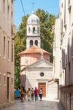 Turistas que andam em Kalelarga em Zadar, Croácia Fotografia de Stock