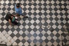 Turistas que andam em um plano velho na vizinhan?a de San Telmo, Buenos Aires, Argentina imagem de stock royalty free