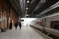 Turistas que andam em uma plataforma de um estação de caminhos-de-ferro irlandês, Irlanda Imagens de Stock