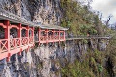 Turistas que andam na caminhada do céu na montanha de Tianmen, Zhangjiajie imagem de stock