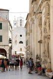 Turistas que andam na frente do St James Cathedral e de St Barb fotografia de stock