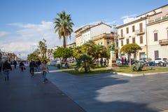 Turistas que andam na rua em Viareggio, Itália fotografia de stock royalty free