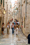 Turistas que andam nas aleias estreitas de Dubrovnik Foto de Stock