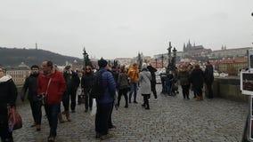Turistas que andam no marco famoso Charles Bridge no tempo do dia vídeos de arquivo