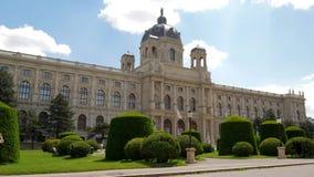 Turistas que andam no parque na parte dianteira a construção do museu Art History, atração europeia vídeos de arquivo