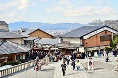 Turistas que andam no templo Kyoto de Kiyomizu-dera, Japão imagem de stock