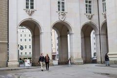 Turistas que andam pela cidade Salzburg no outono Fotografia de Stock