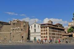 Turistas que andam perto do fórum de Trajan em Roma Imagem de Stock Royalty Free