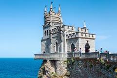 Turistas que andam perto do ninho da andorinha do castelo Imagens de Stock Royalty Free
