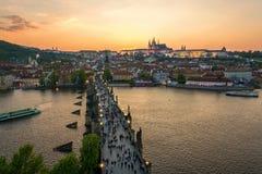 Turistas que andam sobre Charles Bridge em Praga, República Checa w fotografia de stock royalty free