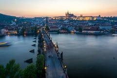 Turistas que andam sobre Charles Bridge em Praga, República Checa w imagem de stock