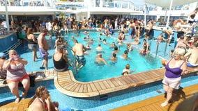 Turistas que apreciam na navio-natação do cruzeiro, no banho de sol e na conversa; cruzando perto das ilhas de Bermuda, Oceano At filme