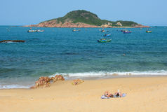 Turistas que apreciam na praia bonita Imagens de Stock Royalty Free