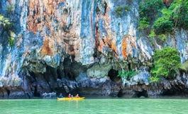 turistas que apreciam o passeio do caiaque fotografia de stock