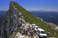 Turistas que apreciam a paisagem do estreito de Gibraltar Fotografia de Stock