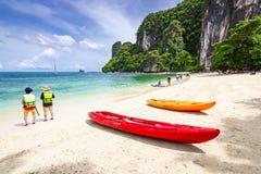 Turistas que apreciam a praia bonita na ilha de Hong em Krabi, T Foto de Stock