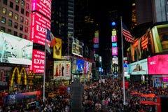 Turistas que apreciam seu tempo no Times Square em New York City fotografia de stock royalty free