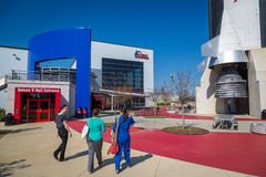 Turistas que apreciam um dia do céu azul em Marshall Space Flight Center em Alabama imagens de stock