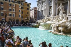 Turistas que apreciam um dia ensolarado brilhante em Roma que visita os monumen famosos da fonte do Trevi foto de stock