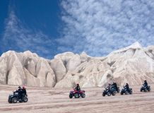 Turistas que apreciam um passeio da bicicleta do quadrilátero em Cappadocia, Turquia fotos de stock