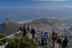 Turistas que apreciam uma vista de Capetown África do Sul da montanha da tabela foto de stock