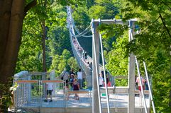 Turistas que apreciam a vista da ponte de suspensão fotos de stock royalty free